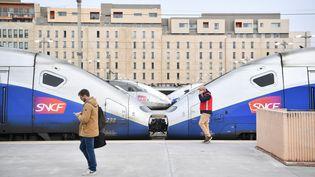 Des voyageurs sur un quai de la gare Saint-Charles, à Marseille (Bouches-du-Rhône), le 3 avril 2018. (BERTRAND LANGLOIS / AFP)