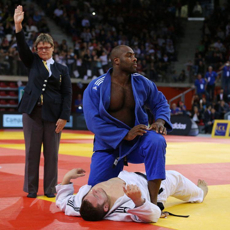 Le judoka Teddy Riner (en bleu), lors de sa victoire face à Matthieu Thorel aux championnats de France, le 8 novembre 2015, à Rouen (Seine-Maritime). (CHARLY TRIBALLEAU / AFP)
