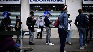 Une file d'attente devant un laboratoire d'analyses médicales, le 29 août 2020. (CHRISTOPHE ARCHAMBAULT / AFP)