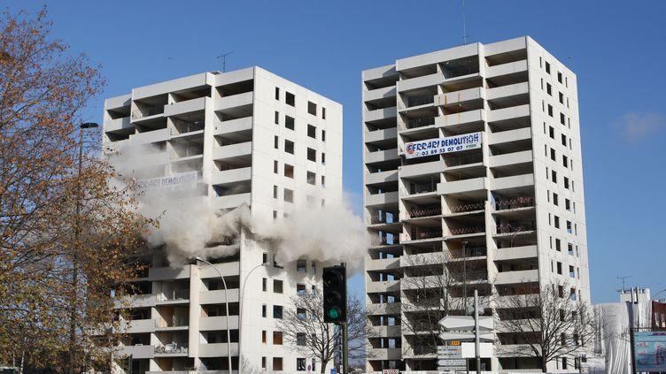 """Destruction de deux barres d'immeubles à Argenteuil (Val d'Oise), dans le cadre d'un plan de rénovation, en décembre 2010. C'est ici que Nicolas Sarkozy avait déclaré à des habitants en 2005 : """"Vous en avez assez de cette racaille, on va vous en débarrasser"""". (CITIZENSIDE.COM / AFP)"""