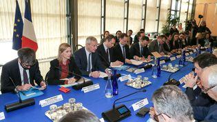 Le ministre de l'Economie, Bruno Le Maire, et sa secrétaire d'Etat, Agnès Pannier-Runacher, reçoivent le président du Medef, Geoffroy Roux de Bézieux, le 3 mars 2020 à Paris. (MICHEL STOUPAK / NURPHOTO / AFP)