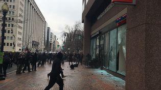 Des manifestants opposés à Donald Trump brisent la vitrine d'une banque à Washington (Etats-Unis), le 20 janvier 2017. (JOSH STAFFORD / CITIZENSIDE)