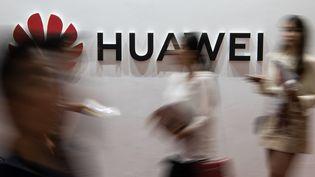 Un logo du constructeur chinois Huawei lors d'un salon dédié à l'électronique, le 2 août 2019 à Pékin (Chine). (FRED DUFOUR / AFP)