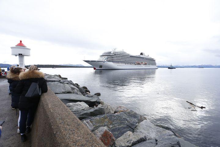 "Le navire ""Viking Sky"" arrivant au port de Molde en Norvège, le 24 mars 2019. (SVEIN OVE EKORNESVAAG / NTB SCANPIX / AFP)"