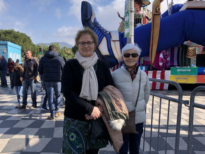 Stéphanie accompagnée de sa mère Béatrice, le 25 février 2020, à Nice (Alpes-Maritimes). (JULIETTE CAMPION / FRANCEINFO)