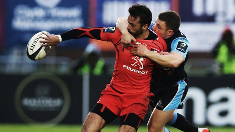 Duncan Weir (Glasgow Warriors) tente de bloquer Clément Poitrenaud (Toulouse) (IAN MACNICOL / AFP)