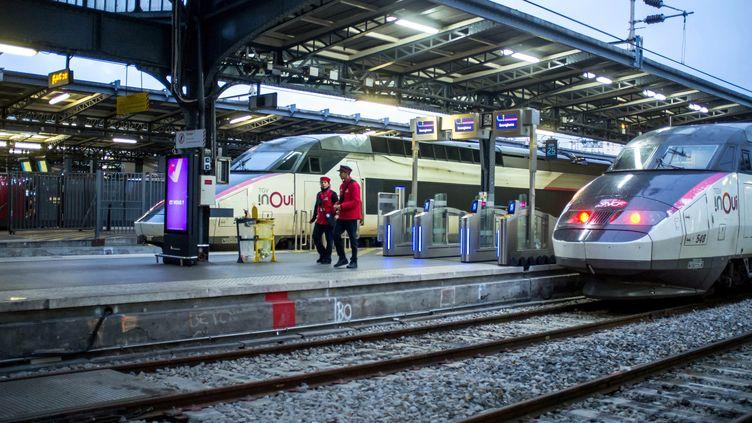 Deux agents de la SNCF sur un quai de la gare de l'Est, à Paris, le 23 décembre 2019. (MAXPPP)