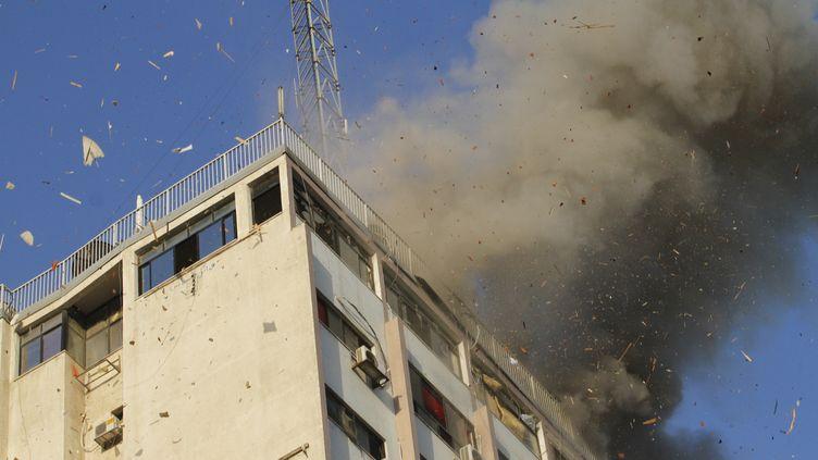 Un immeuble abritant la télévision du Hamas à Gaza, frappé par un bombardement israélien, le 18 novembre 2012. (MOHAMMED ABED / AFP)