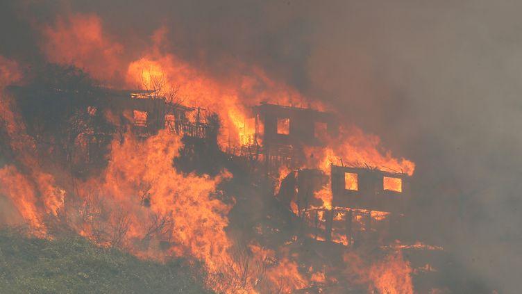 Des maisons partent en fumée, le 2 janvier 2017, à Valparaiso (Chili). (RODRIGO GARRIDO / REUTERS)