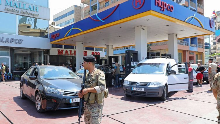 Des soldats en poste dans une station-service de Beyrouth (Liban), le 14 août 2021. (ANWAR AMRO / AFP)