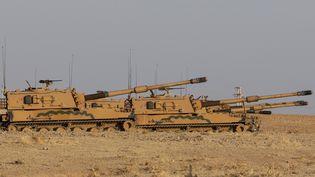 Des chars turcs déployés à la frontière entre la Turquie et la Syrie, le 12 octobre 2019. (EMIN SANSAR / ANADOLU AGENCY)