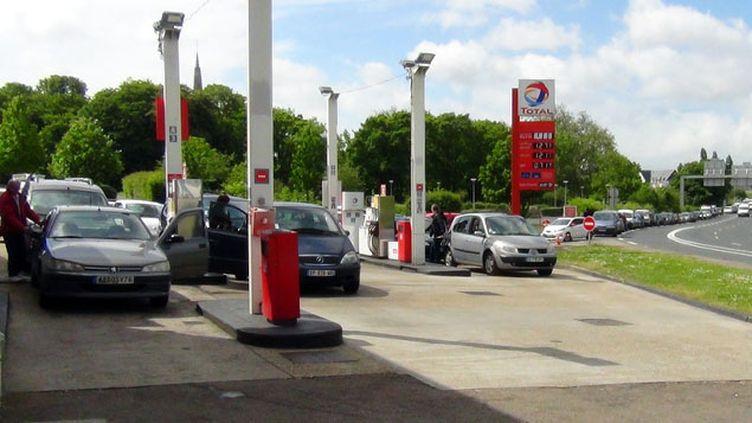 (Dans cette station service d'Harfleur, près du Havre, la file d'attente dépasse plusieurs centaines de mètres © RF/ Eric Damaggio)