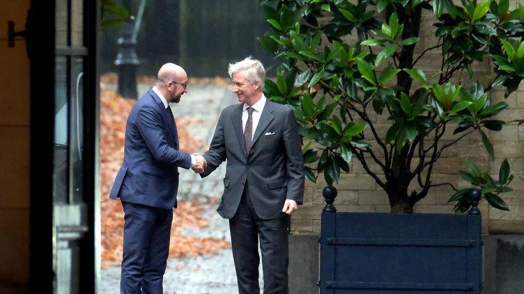 Le Premier ministre démissionnaire de la Belgique, Charles Michel (à gauche), en compagnie du roi de Belgique Philippe, au Palais royal de Bruxelles, le 21 décembre 2018. (NICOLAS MAETERLINCK / AFP)