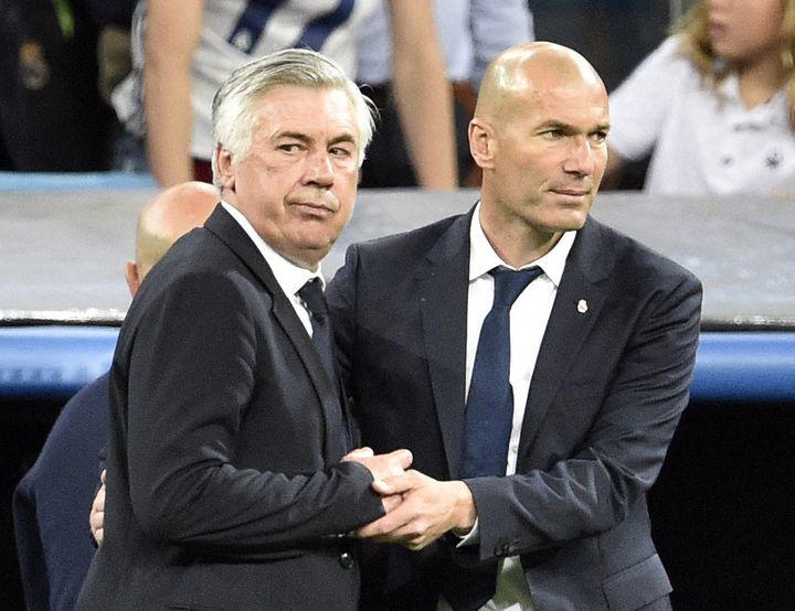Carlo Ancelotti et Zinédine Zidane lors des quarts de finale de la Ligue des champions entre le Bayern Munich et le Real Madrid, le 18 avril 2017. (GERARD JULIEN / AFP)