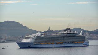 """La paquebot géant """"Harmony of the Seas"""" entre dans le port de Marseille, le 21 juin 2016. (BORIS HORVAT / AFP)"""