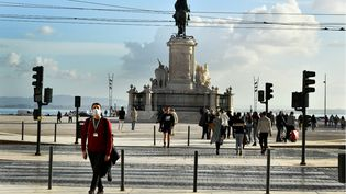 Des passantsmasqués près de la Praça de Comércio, à Lisbonne (Portugal), le 30 décembre 2020. (JORGE MANTILLA / NURPHOTO VIA AFP)