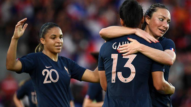 Valérie Gauvin (de dos) est félicitée par Gaétane Thiney après son but marqué lors de la rencontre entre l'équipe de France féminine et l'équipe de Chine sur le stade Dominique-Duvauchelle à Créteil (Val-de-Marne), le 31 mai 2019. (FRANCK FIFE / AFP)