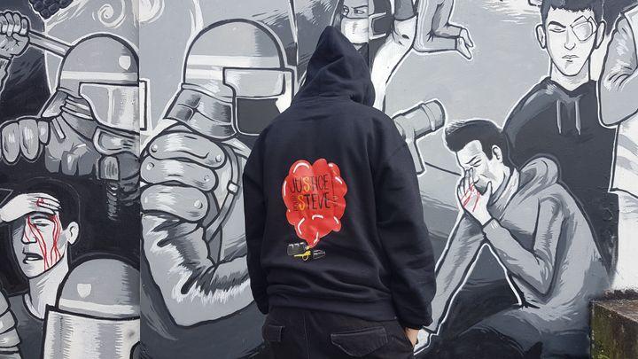 K-Ro, amie de Steve, devant la fresque peinte en mémoire du jeune homme, le 18 juin 2020 à Nantes (Loire-Atlantique). (FABIEN MAGNENOU / FRANCEINFO)