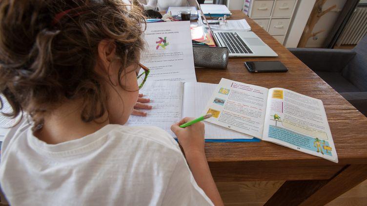 Après deux semaines de vacances confinées, les élèvent de la zone C se préparent à reprendre l'école lundi 20 avril, à la maison. Photo d'illustration. (CHRISTIAN LEMONTEY / MAXPPP)