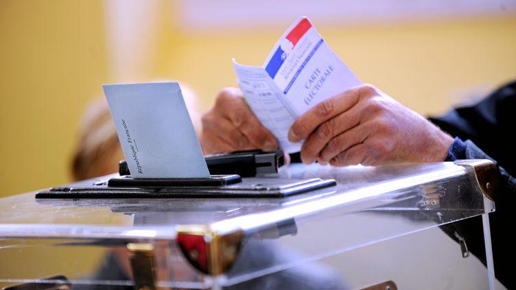 Dans un bureau de vote de Nîmes (Gard), le 23 mars 2014. (  MAXPPP)