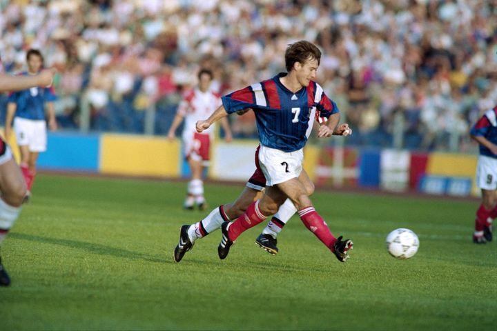 Didier Deschamps lors du match France-Danemark le 17 juin 1992, pour le dernier match de poule de l'Euro 1992. (PATRICK HERTZOG / AFP)