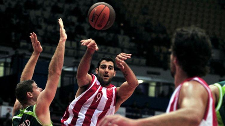 Ioannis Bourousis à la passe (ARIS MESSINIS / AFP)