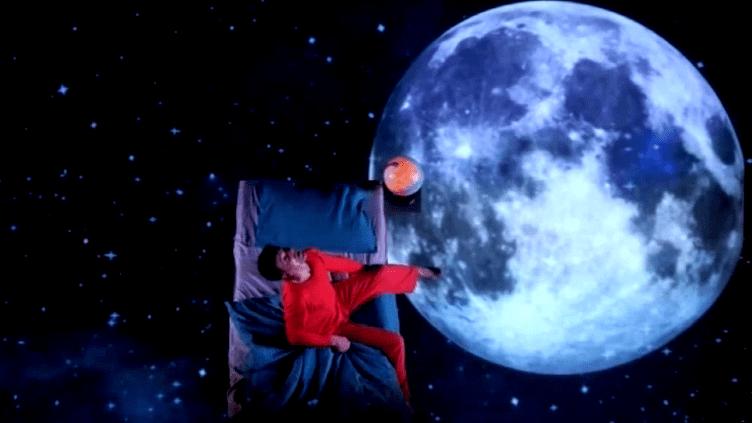 Kristoffer face à ses questions métaphysiques dans sa chambre  (Capture d'image France3/Culturebox)