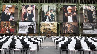 Sous la Nef du Grand Palais, d'immenses portraits de Karl Lagerfeld ont été installés pour cette hommage. (CHRISTOPHE ARCHAMBAULT / AFP)