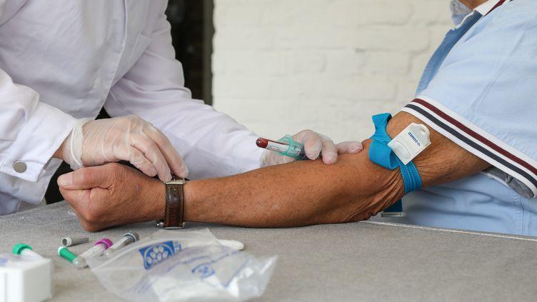 Un test sérologique réalisé sur un patient à Roncq (Nord), le 30 avril 2020. (THIERRY THOREL / MAXPPP)