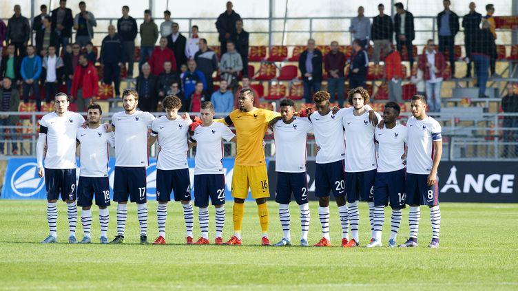L'équipe de France Espoirs pendant la minute de silence le 15 novembre 2015 (ROBERT ATANASOVSKI / AFP)
