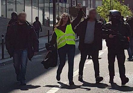 """Capture d'écran de la vidéo de l'arrestation d'une manifestante, le 11 mai 2019 à Paris, à la fin de la manifestation des """"gilets jaunes"""" et des enseignants. (FRANCEINFO)"""
