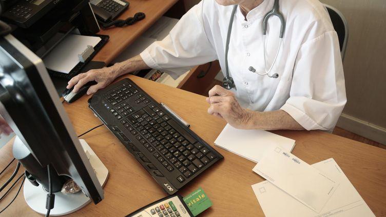 Un médecin utilise la carte vitale d'un patient, en août 2014, à Chambéry (Savoie). (MAXPPP)