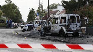 Les deux véhicules de police pris d'assaut par une bande à Viry-Châtillon (Essonne) le 8 octobre 2016. (THOMAS SAMSON / AFP)