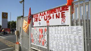 Une banderole contre la fermeture de l'usine Renault de Choisy-le-Roi dans le Val-de-Marne, le 29 mai 2020. (GEOFFROY VAN DER HASSELT / AFP)