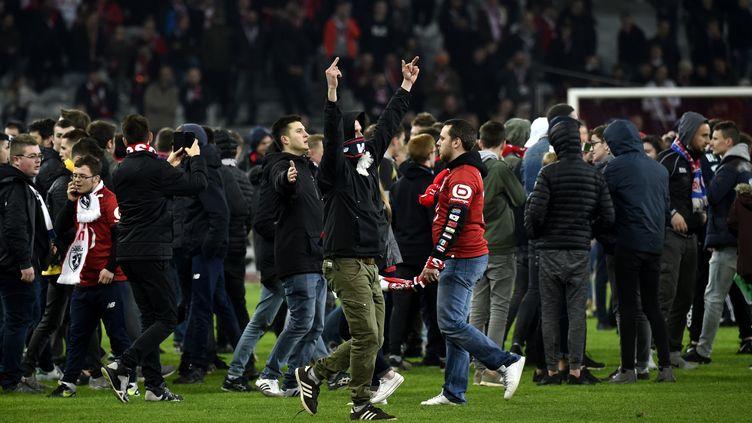 Les joueurs du LOSC violentés par leurs supporters après leur match nul 1-1 contre Montpellier.  (FRANCOIS LO PRESTI / AFP)