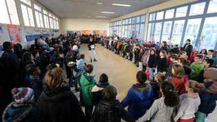 La minute de silence à l'école Elisée-Chatin, à Grenoble (Isère), le 8 janvier 2015. (MAXPPP)