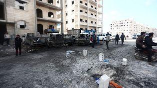 Un trou dans la chaussée et des véhicules endommagés après une attaque dans une rue d'Idleb, en Syrie, le 3 mars 2020. (MUHAMMED SAID / ANADOLU AGENCY / AFP)