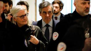 Penelope et François Fillon arrivent au tribunal judiciaire de Paris pour leur procès, le 10 mars 2020. (THOMAS SAMSON / AFP)