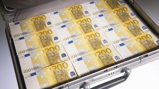 Une valise pleine de billets, le 23 novembre 2011. (GHISLAIN & MARIE DAVID DE LOSSY / CULTURA CREATIVE / AFP)