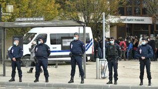 Des policiers postés devant le collège du Bois-d'Aulne, à Conflans-Sainte-Honorine (Yvelines), le 17 octobre 2020. (BERTRAND GUAY / AFP)
