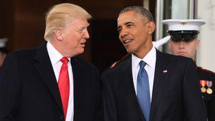 Donald Trump (gauche) est accueilli par Barack Obama à la Maison blanche, à Washington (Etats-Unis), le 20 janvier 2017. (JIM WATSON / AFP)