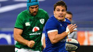 Antoine Dupont file inscrire un essai face à l'Irlande, le 31 octobre 2020, au Stade de France. (ANNE-CHRISTINE POUJOULAT / AFP)