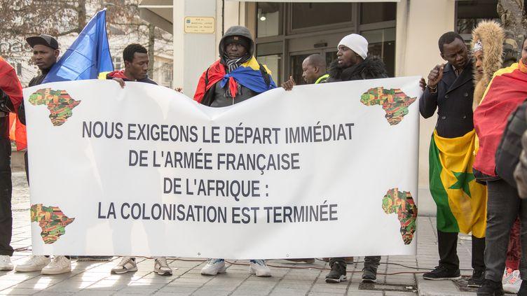 Manifestation contre la présence de l'armée française en Afrique en marge du sommet du G5-Sahel, le 13 janvier 2020 à Pau, dans le Sud de la France. (AMAURY BLIN / HANS LUCAS)