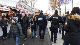 Patrouille de police sur les Champs-Elysées, à Paris, le 30 décembre 2016. (MIGUEL MEDINA / AFP)