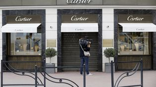 Un journaliste devant la bijouterie Cartier de Cannes (Alpes-Maritimes), le 5 mai 2015, après un nouveau braquage. (VALERY HACHE / AFP)