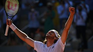 La joie de Stefanos Tsitsipas après sa victoire contre Alexander Zverev en demi-finale, le 11 juin (ANNE-CHRISTINE POUJOULAT / AFP)