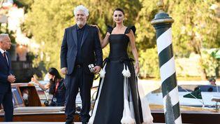 Penelope Cruz et Pedro Almodovar à leur arrivée au 78e Festival international du film de Venise. (JACOPO RAULE / GETTY IMAGES EUROPE)