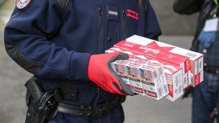 Des cigarettes de contrebande présentées par la douane de Paris lors d'une conférence de presse le 4 avil 2020. (MICHEL STOUPAK / NURPHOTO / AFP)