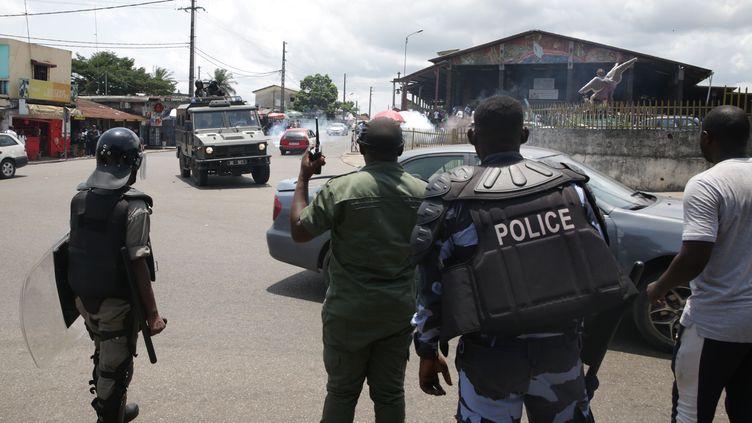 Police anti-émeute lors d'une manifestation d'étudiants à Libreville, le 10 avril 2019. (STEVE JORDAN / AFP)