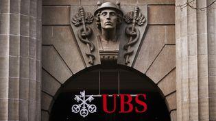 Le logo de la banque UBS sur un bâtiment à Zurich (Suisse), le 2 février 2015. (MICHAEL BUHOLZER / AFP)